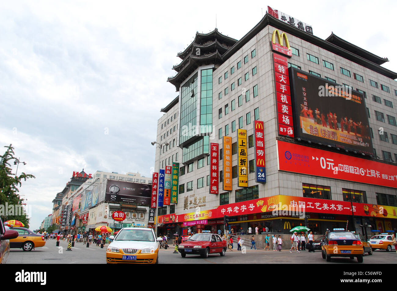 Busy road with malls and taxis near Wangfujing shopping street, Beijing - Stock Image