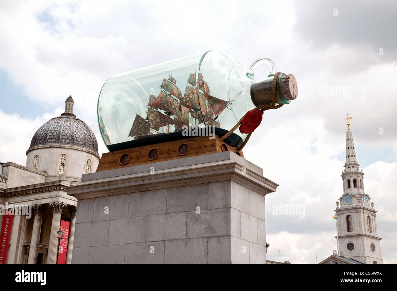 A large ship in a bottle (Nelsons flagship 'Victory' by Yinka Shonibare) on  the fourth plinth, Trafalgar - Stock Image