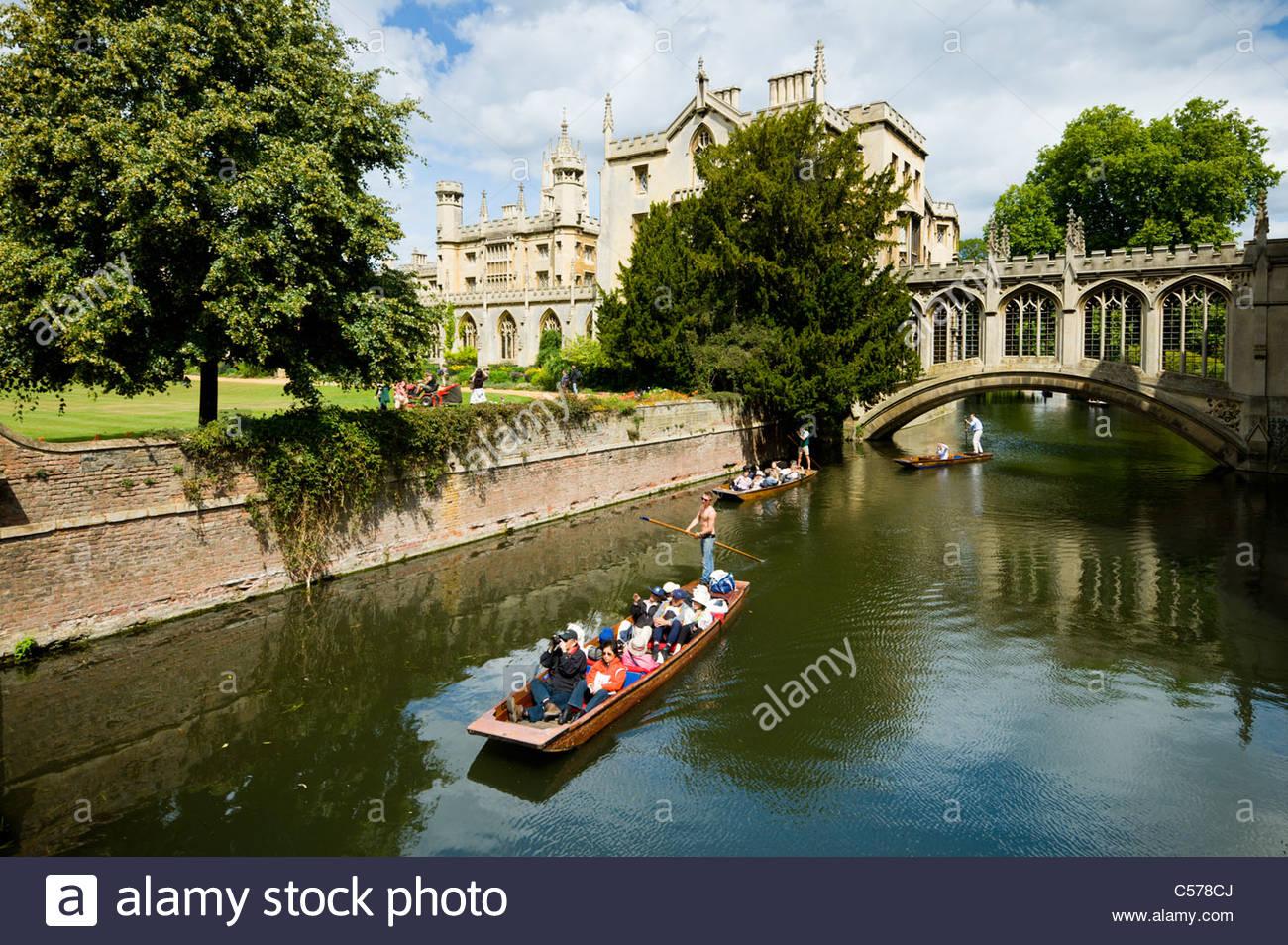 Punting beneath the Bridge of Sighs, St John's college, Cambridge, UK. - Stock Image