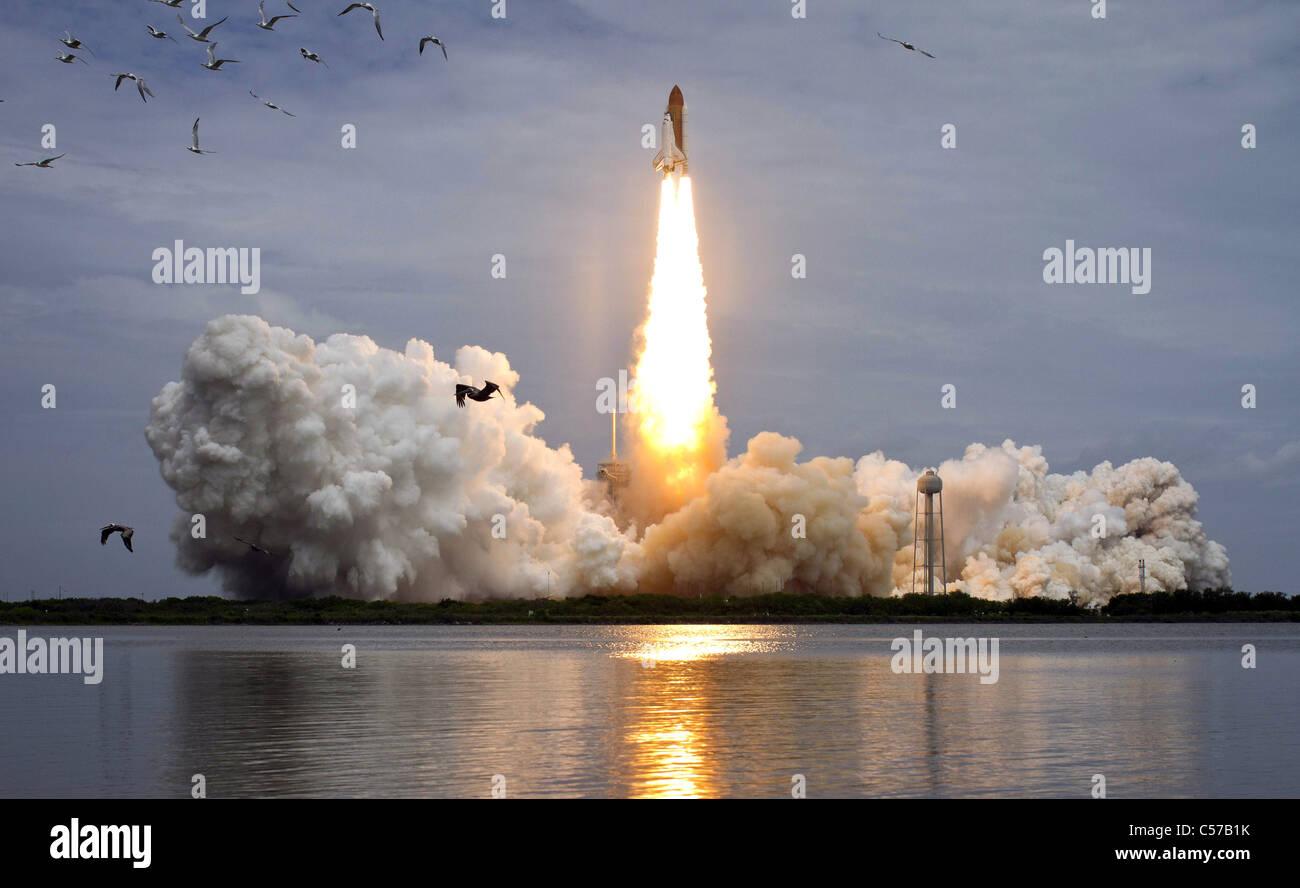 Space shuttle Atlantis blasts off on NASA's last shuttle mission, STS 135, 2011 - Stock Image