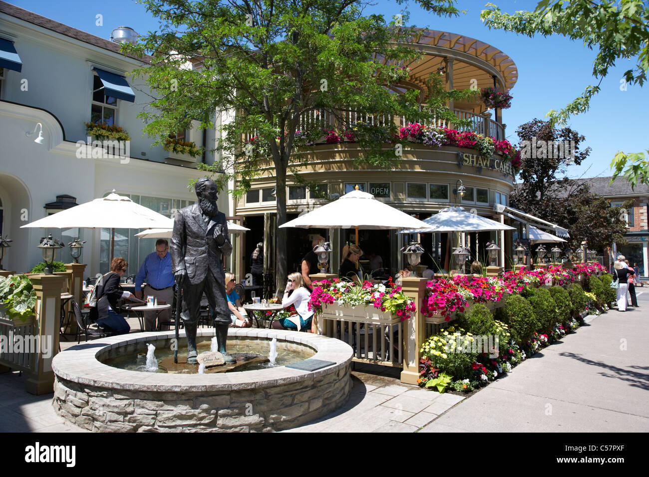 the shaw cafe and wine bar patio and statue niagara-on-the-lake ontario canada - Stock Image