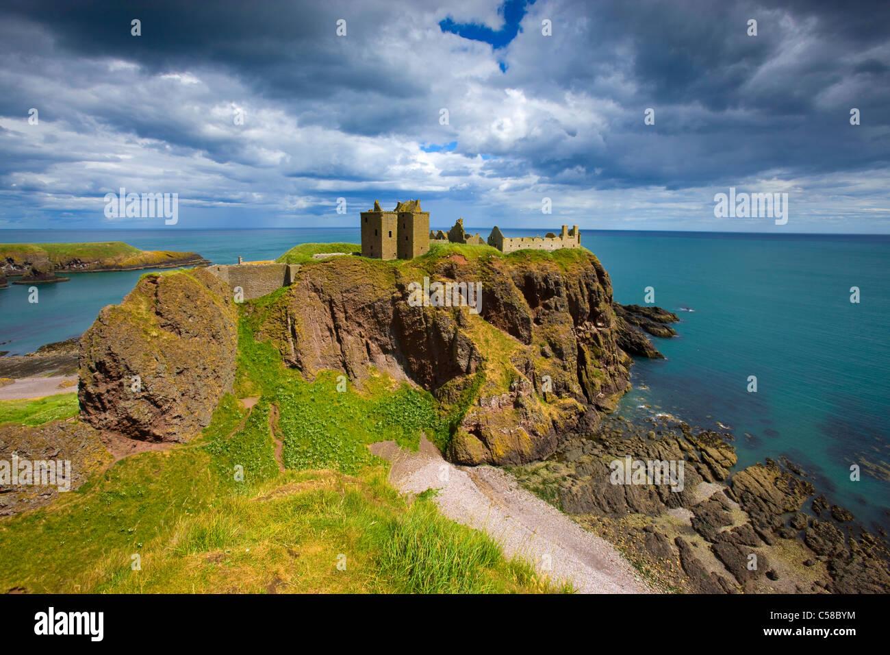 Dunnottar Castle, Great Britain, Scotland, Europe, sea, coast, cliff coast, castle, ruins, clouds - Stock Image