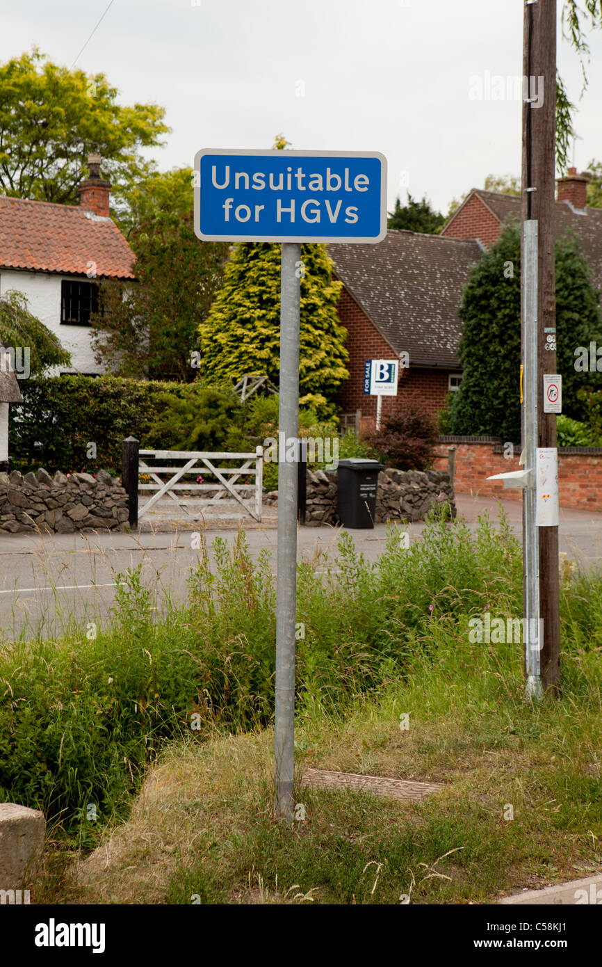 UK Blue Unsuitable for HGV HGVs Street Road Sign - Stock Image