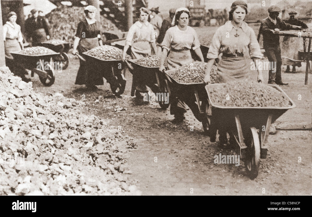 Women pushing wheelbarrows and working as labourers whilst the men were away fighting, during the first world war. Stock Photo