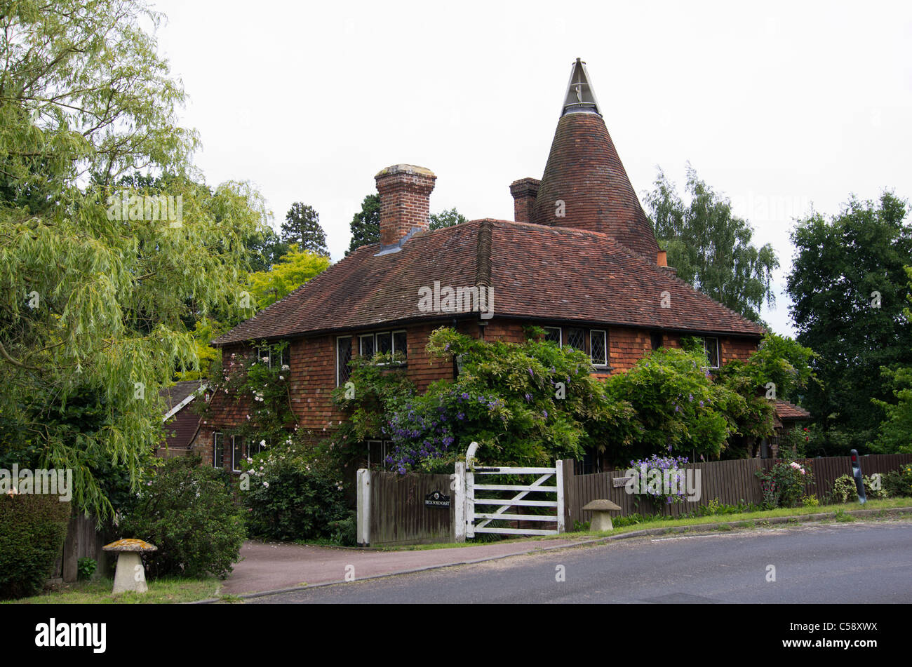 old converted oasthouse in Penshurst, Kent, a typical country cottage - Stock Image