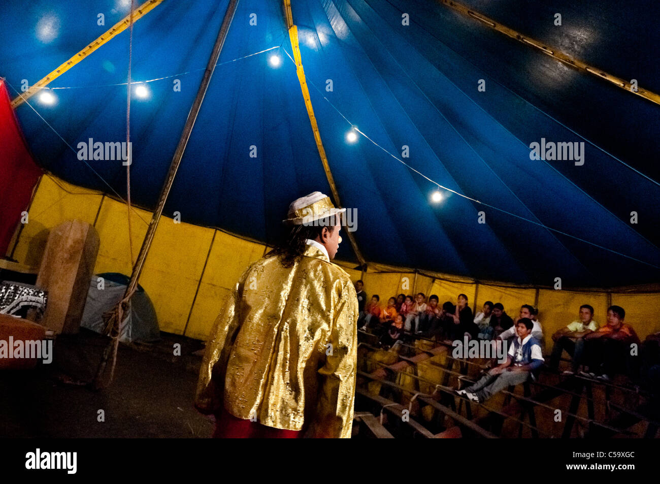 Walter, a Colombian clown, performs in front of an audience at the Circo Anny, a family run circus wandering Ecuador. - Stock Image