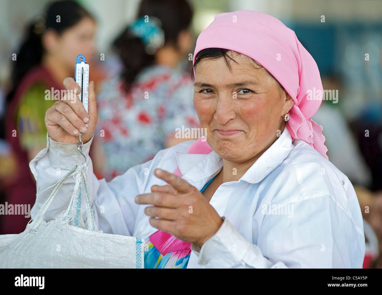 Uzbeki vegetable vendor, Samarkand market, Uzbekistan - Stock Image