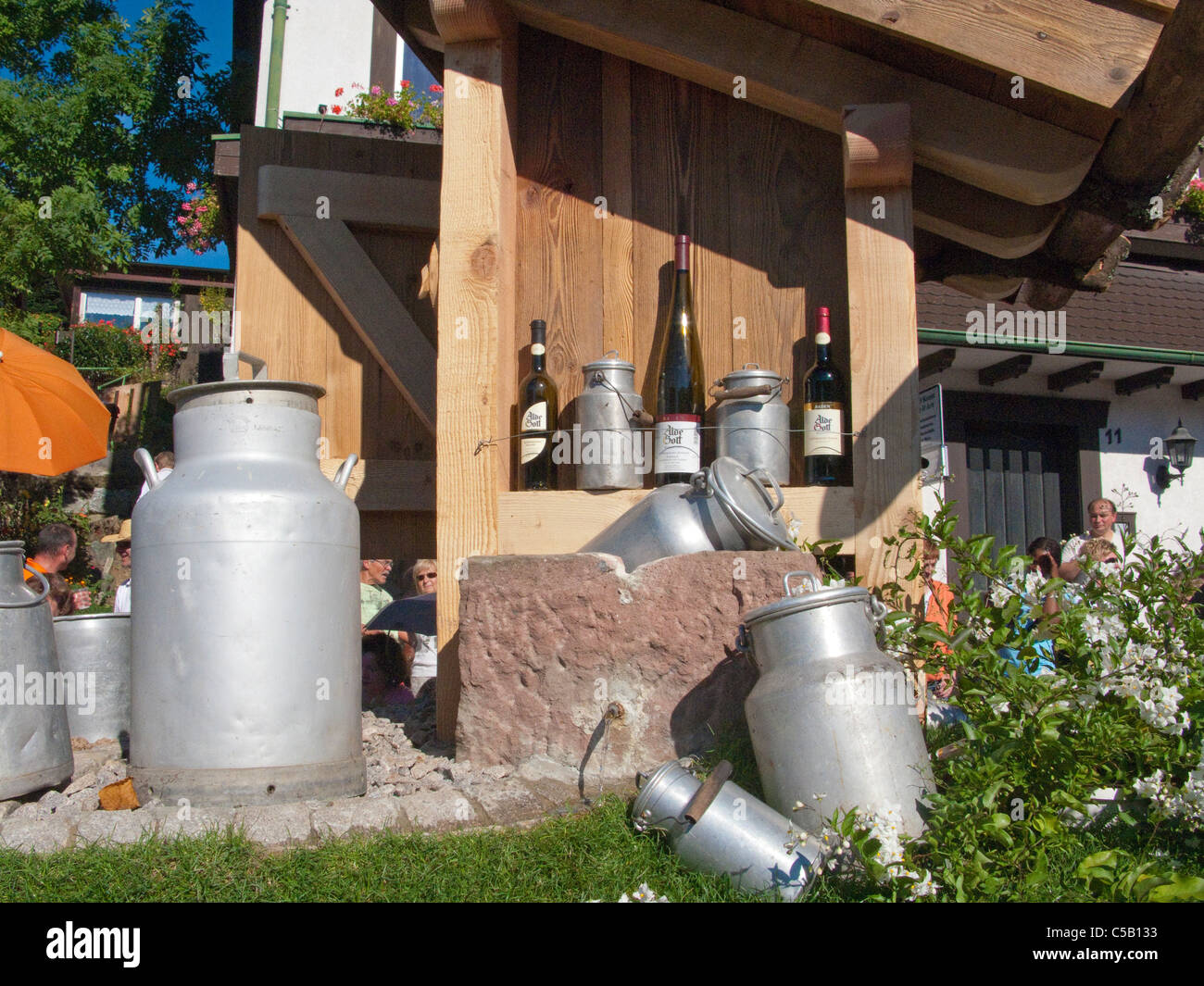 Alte Milchannen als Dekoration im Garten Sasbachwalden Schwarzwald, Old milk cans as decoration in a garden, Black - Stock Image
