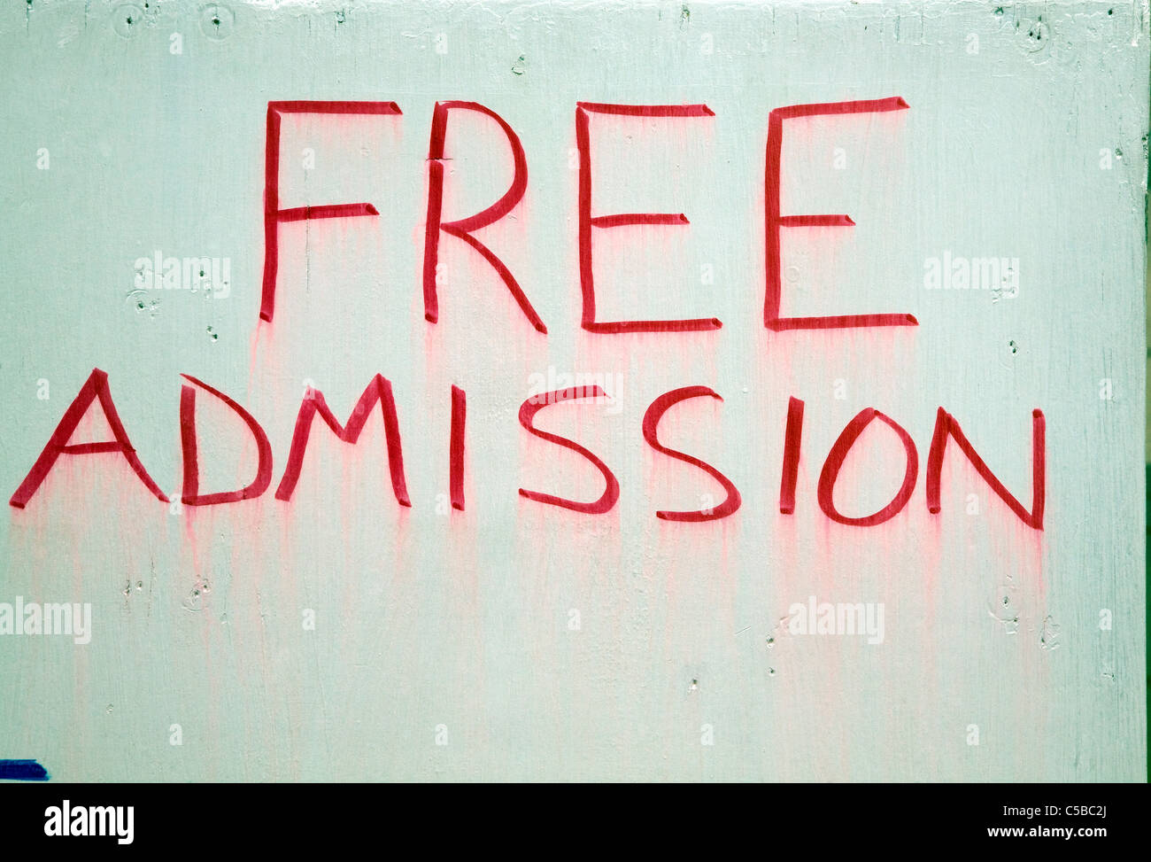 Free Admission sign in red paint on white board - Stock Image