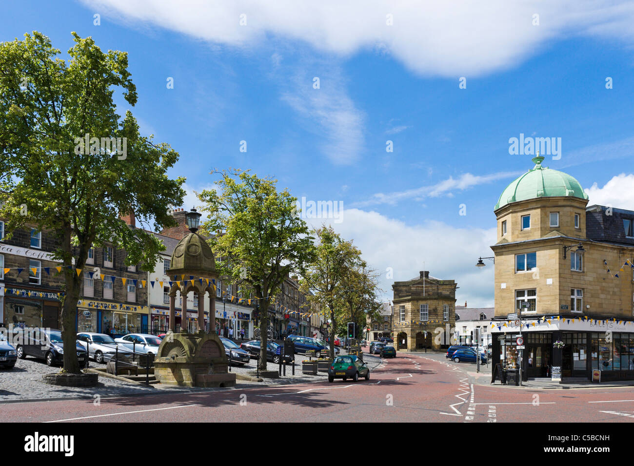 Centre of the market town of Alnwick, Northumberland, North East England, UK - Stock Image