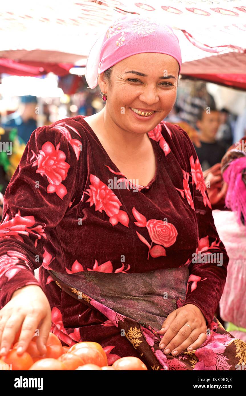 Uzbeki fruit and vegetable vendor, Urgut market, Samarkand, Uzbekistan - Stock Image