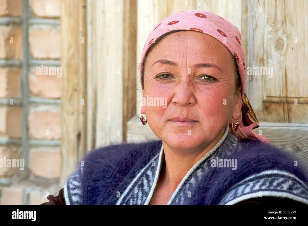 Friendly Uzbeki woman, Urgut market, Samarkand, Uzbekistan - Stock Image