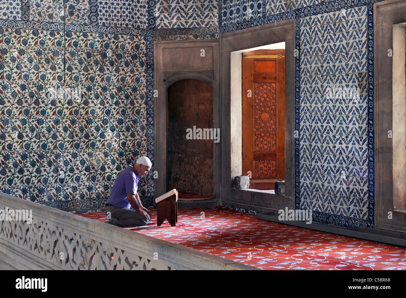 Muslim man reading Koran in Blue Mosque Istanbul Turkey - Stock Image