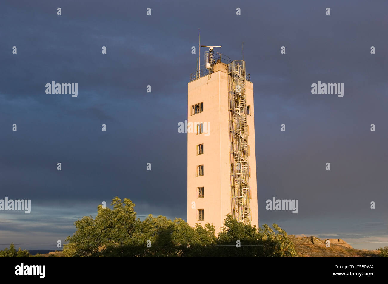 Low angle view of a high-rise building against blue sky - Stock Image