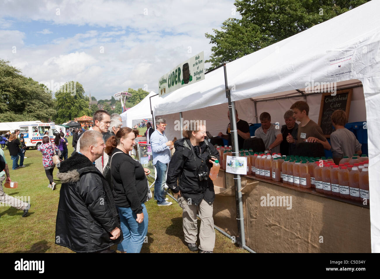 People buying Chucklehead cider from a stall at the Lambeth Country Show, London, England, UK - Stock Image