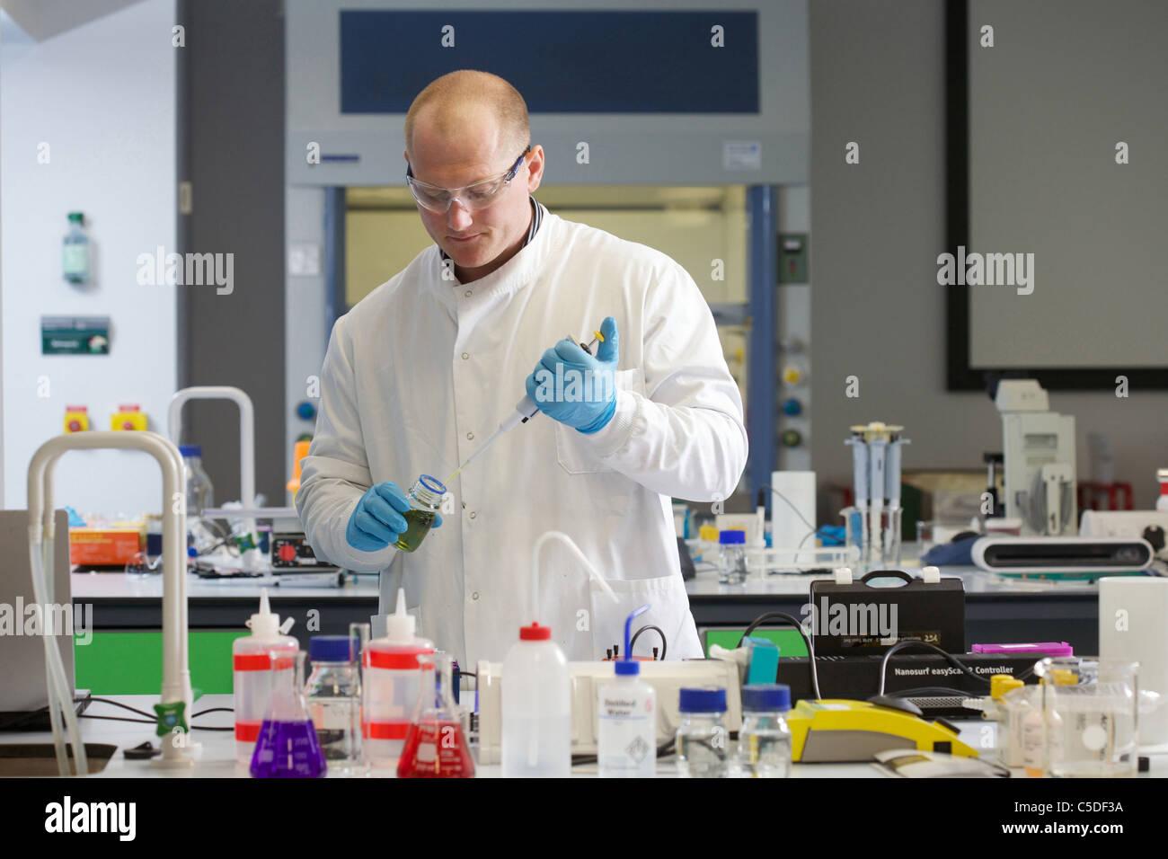 Wednesday 6th July 2011 Lab technician chemical testing at the Leeds Metropolitan University.Bio Chemistry Laboratories. - Stock Image