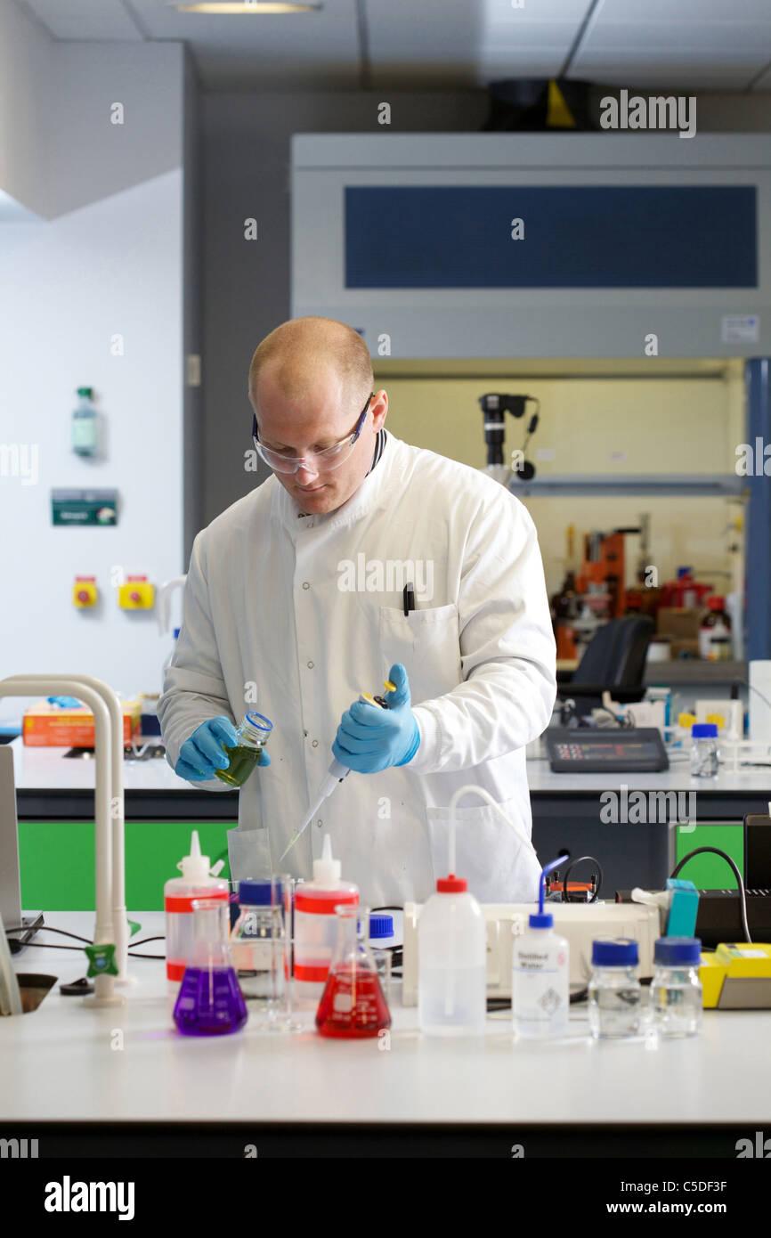 Wednesday 6th July 2011 Lab technician chemical testing at the Leeds Metropolitan University Bio Chemistry Laboratories. - Stock Image