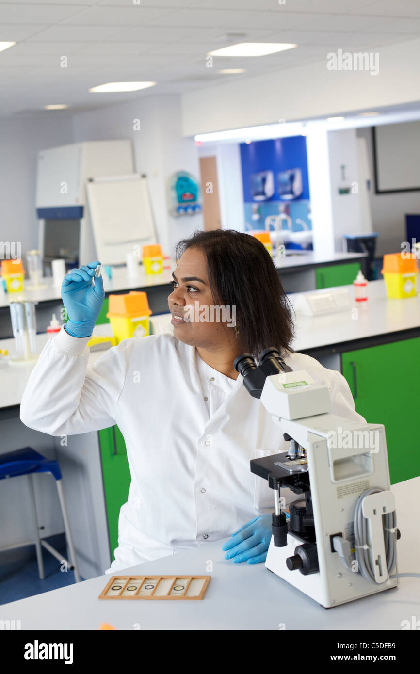 Wednesday 6th July 2011 Lab technician at work in the Leeds Metropolitan University.Bio Chemistry Laboratories. - Stock Image