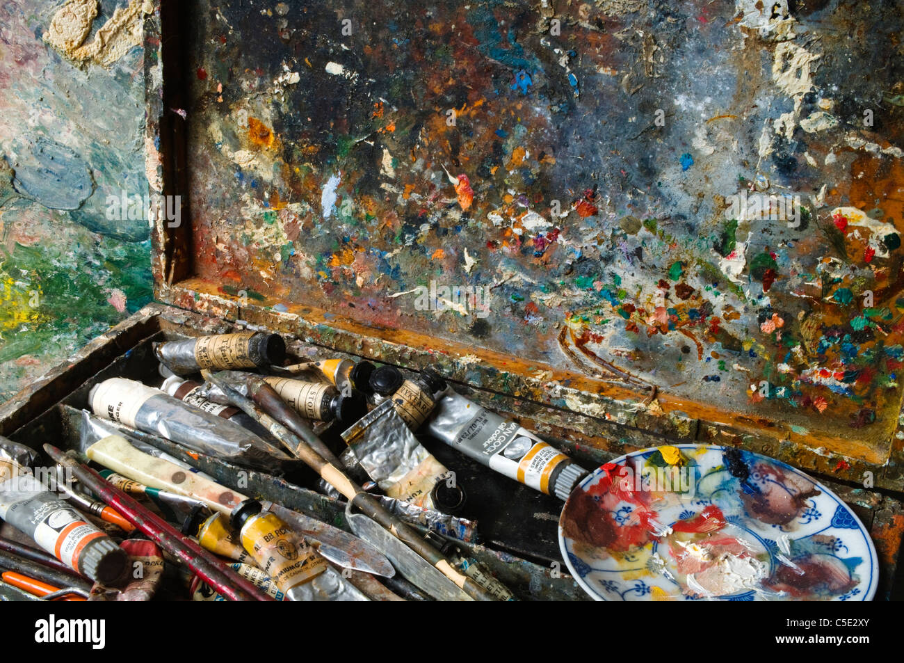 Close-up of an artist's palette and paint box - Stock Image