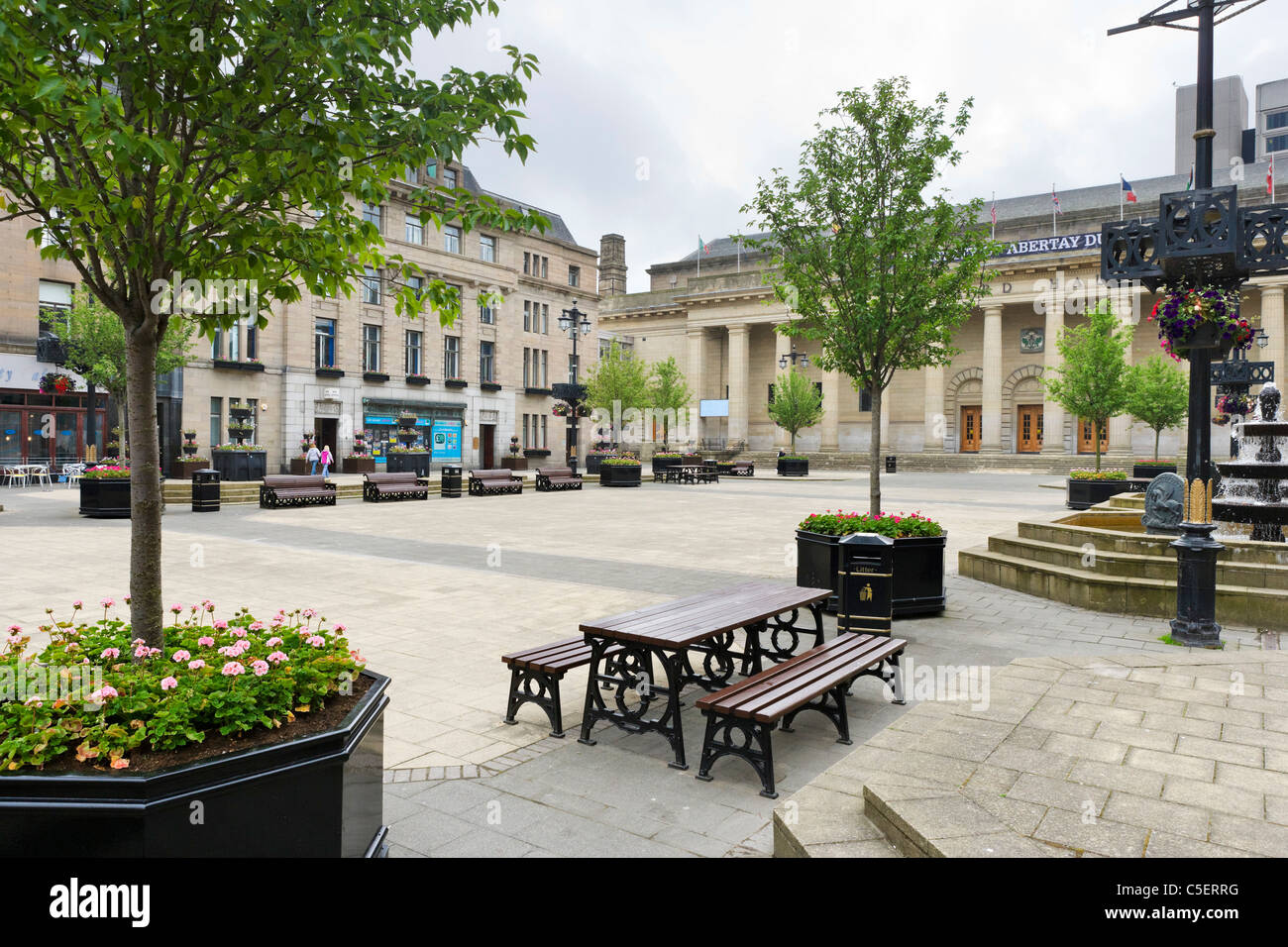 City Square in the town centre with the Caird Hall in the background, Dundee, Central Lowlands, Scotland, UK - Stock Image