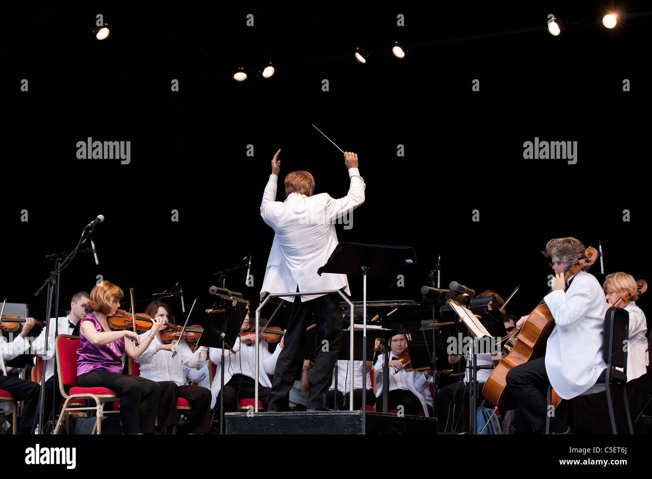 Winnipeg Symphony Orchestra, conducted by Alexander Mickelthwate. - Stock Image