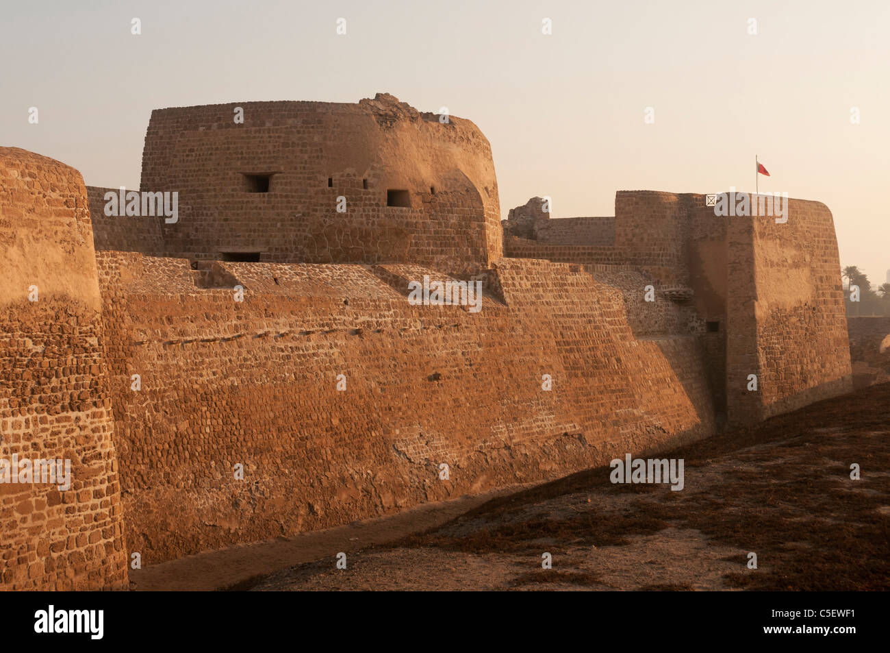 Elk204-1389 Bahrain, Bahrain Fort (Qala'at al Bahrain) 16th c, exterior walls and guard tower Stock Photo