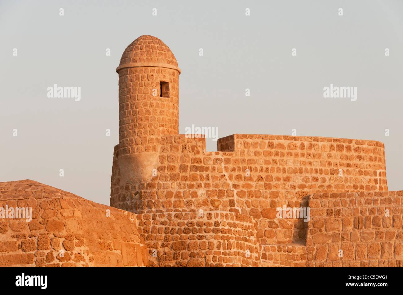 Elk204-1404 Bahrain, Bahrain Fort (Qala'at al Bahrain) 16th c, exterior walls and guard tower - Stock Image