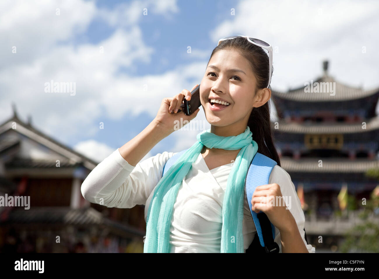Young woman using cellphone - Stock Image