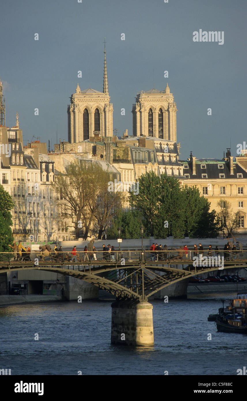 "le Pont des Arts et les tours de la cathédrale Notre Dame de Paris Seine river and the ""pont des arts"", background Stock Photo"