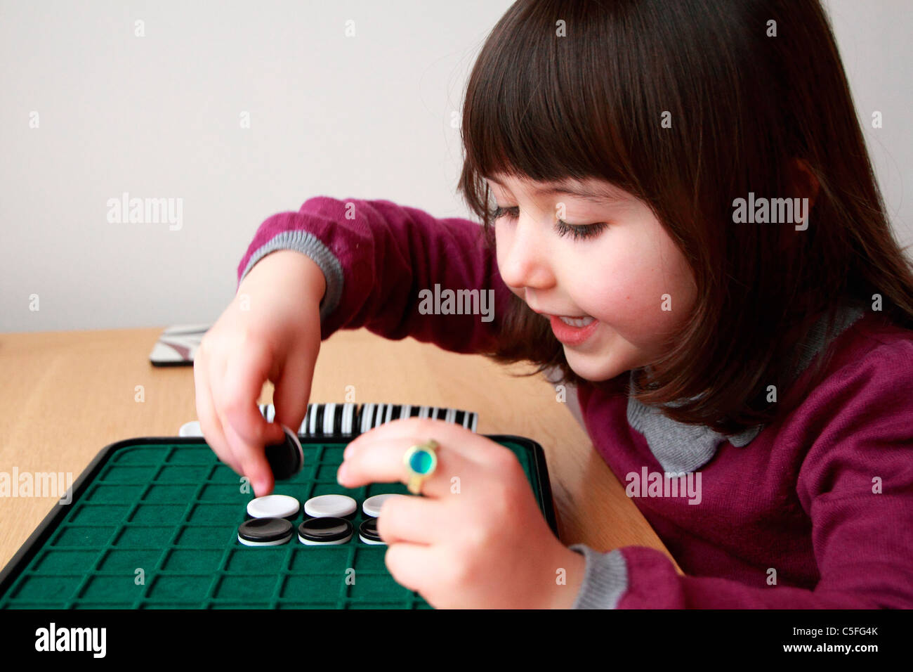 Young girl playing othello - Stock Image