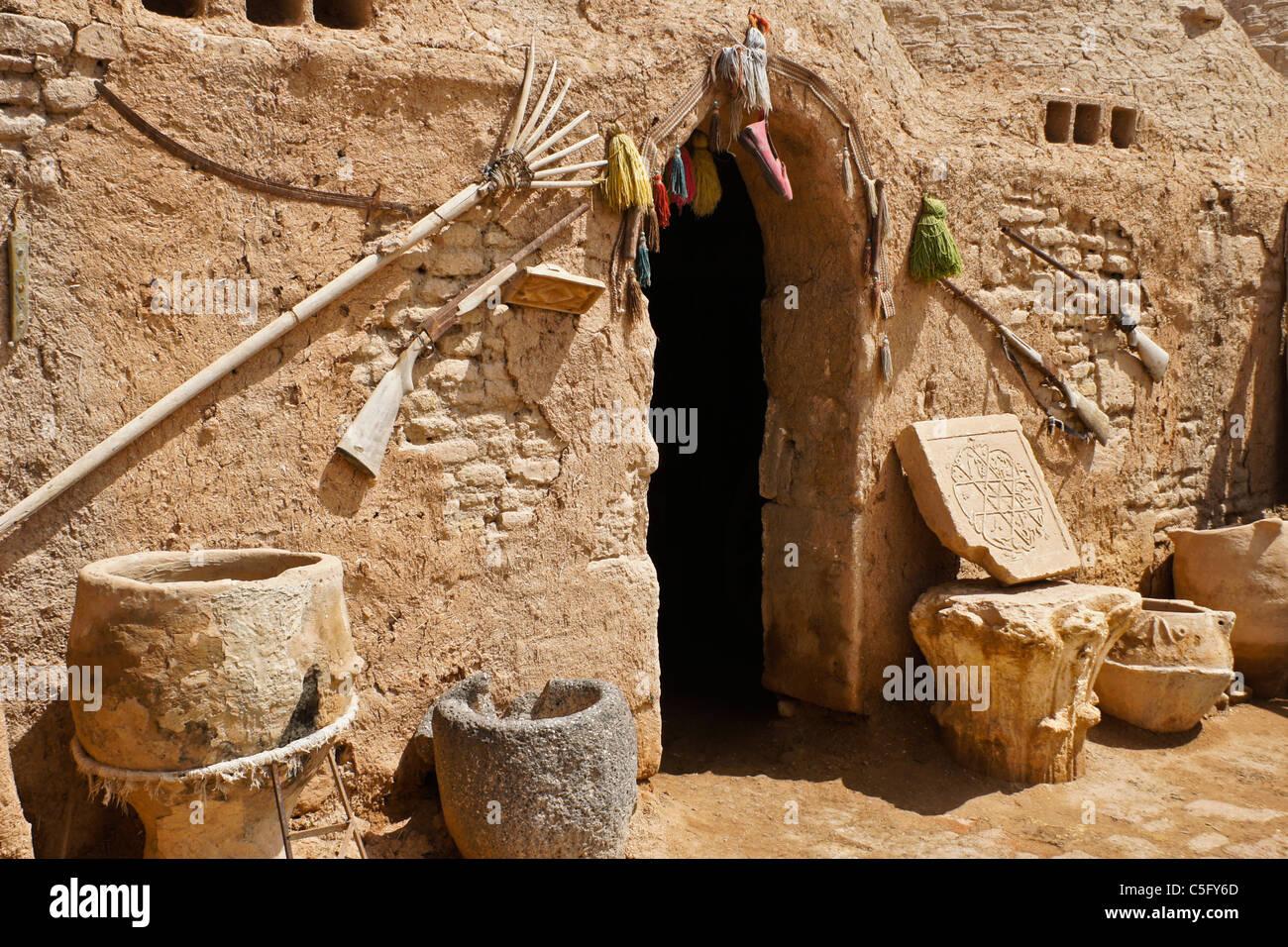 Old implements at mud-brick beehive house, Harran (Altinbasak), Eastern Anatolia, Turkey - Stock Image