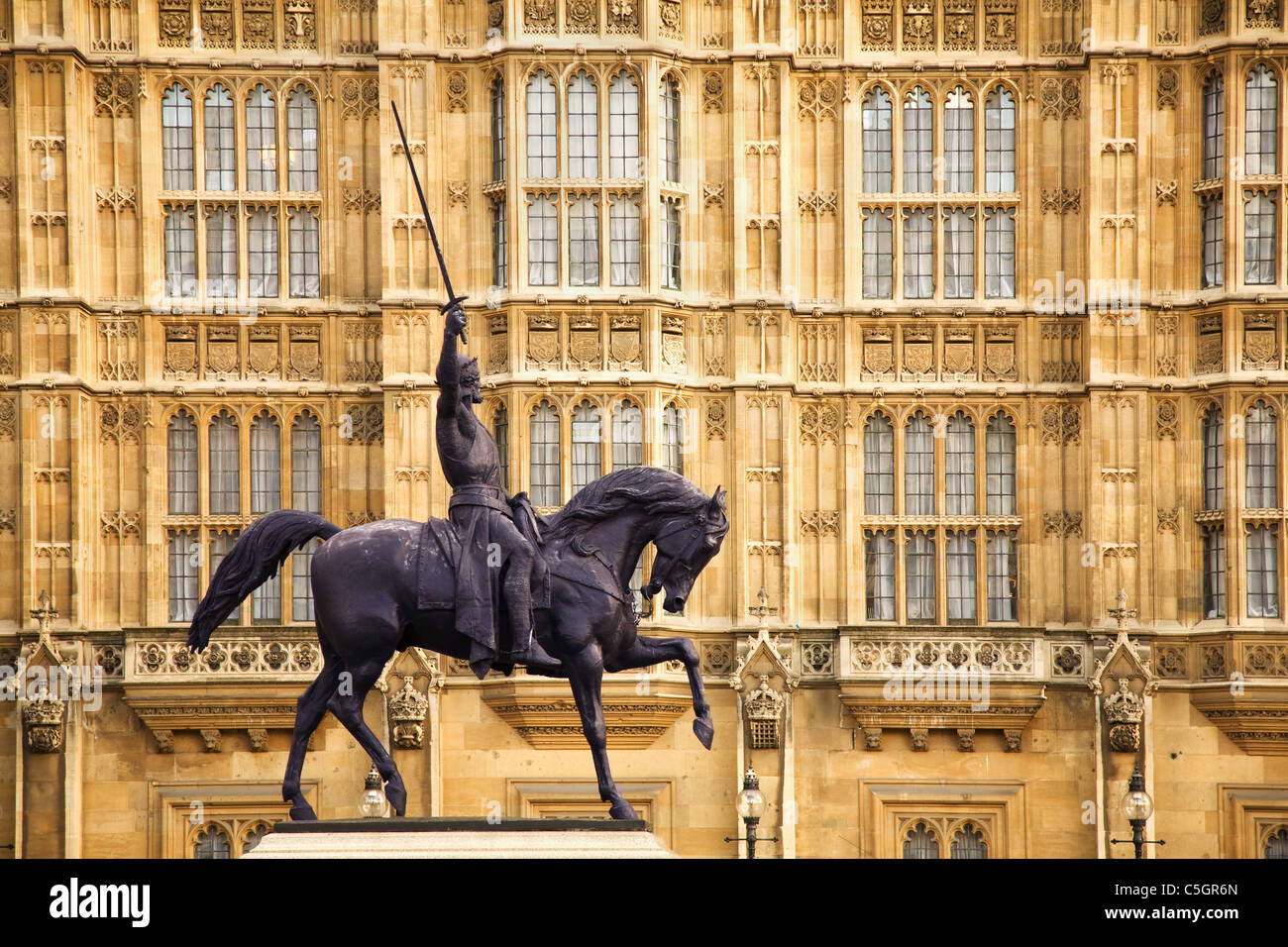 Bronze statue of Richard the Lionheart by Carlo Marochetti in the forecourt of the Palace of Westminster London - Stock Image