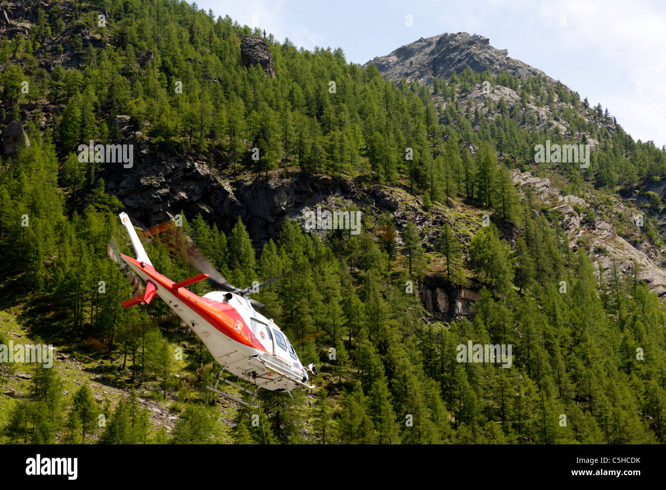 The approach of a mountainous site by a helicopter (Italy). Approche d'un site en montagne par hélicoptère - Stock Image