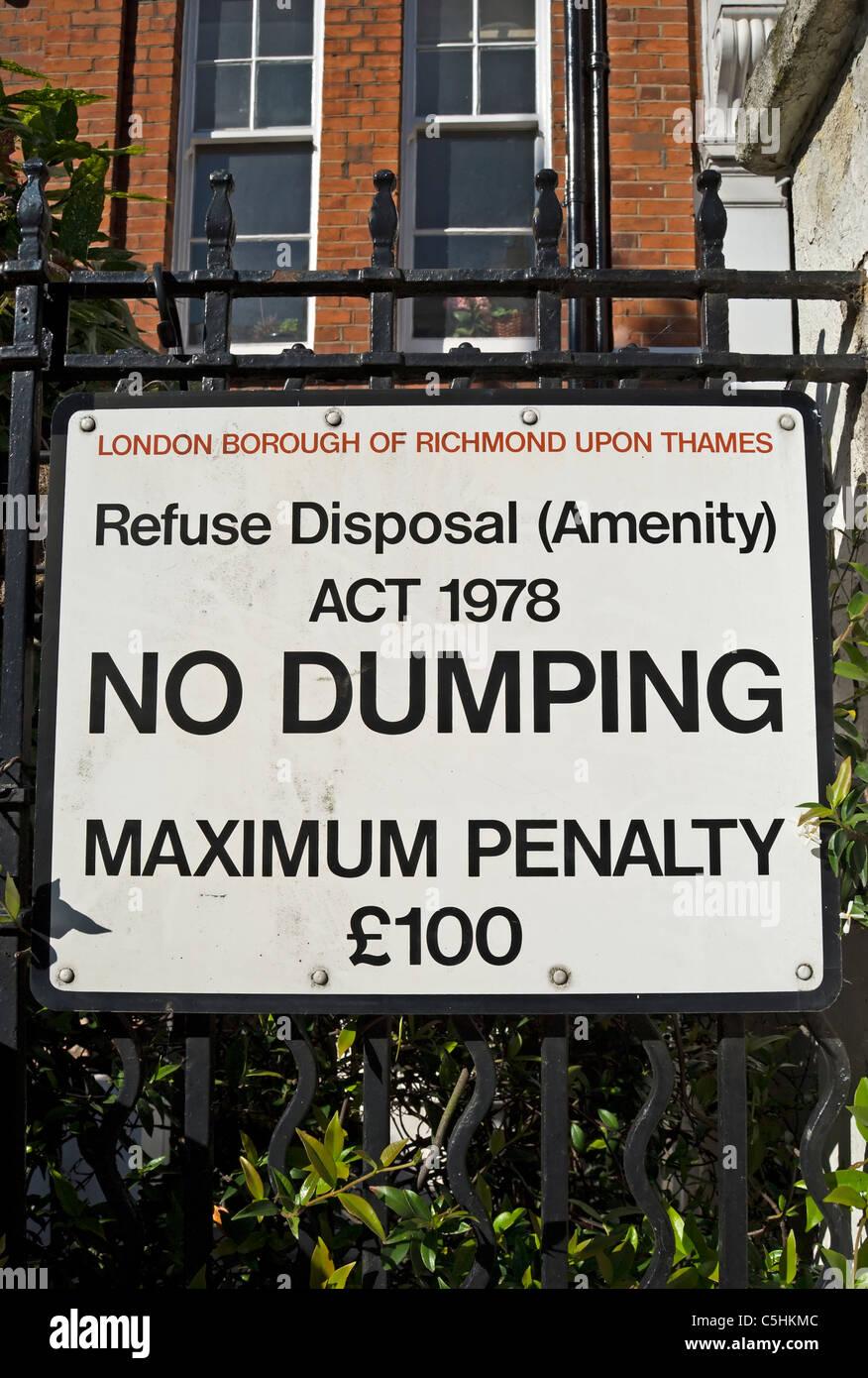 london borough of richmond upon thames no dumping notice , warning of £100 maximum penalty - Stock Image