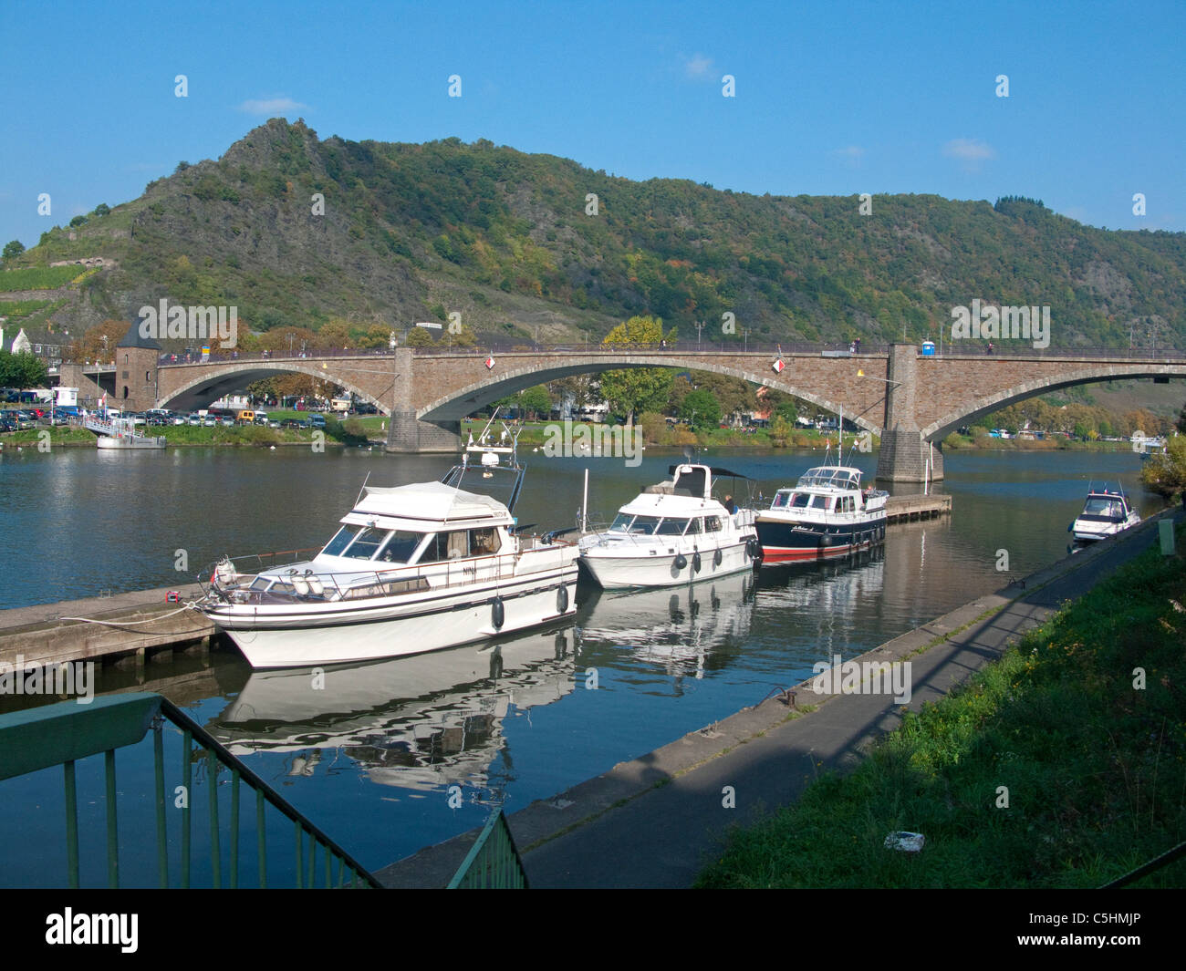 Boote vor der Bruecke, Cochem im Herbst, Mosel, Boats in front of the Cochem bridge, Moselle - Stock Image