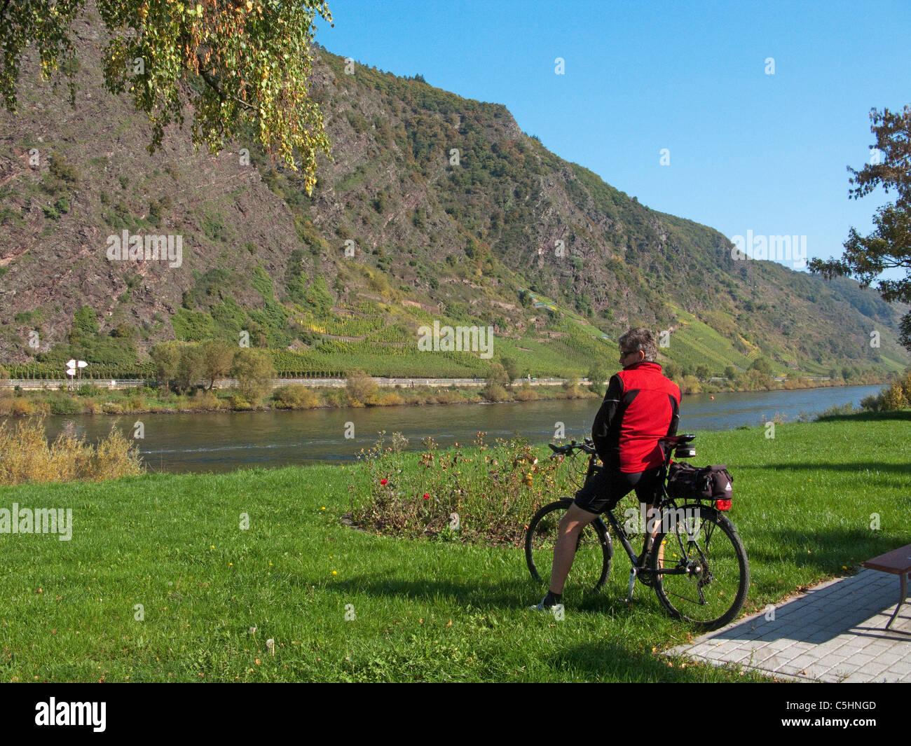 Radfahrer am Moselufer, Cochem, Biker at the riverside, Moselle - Stock Image