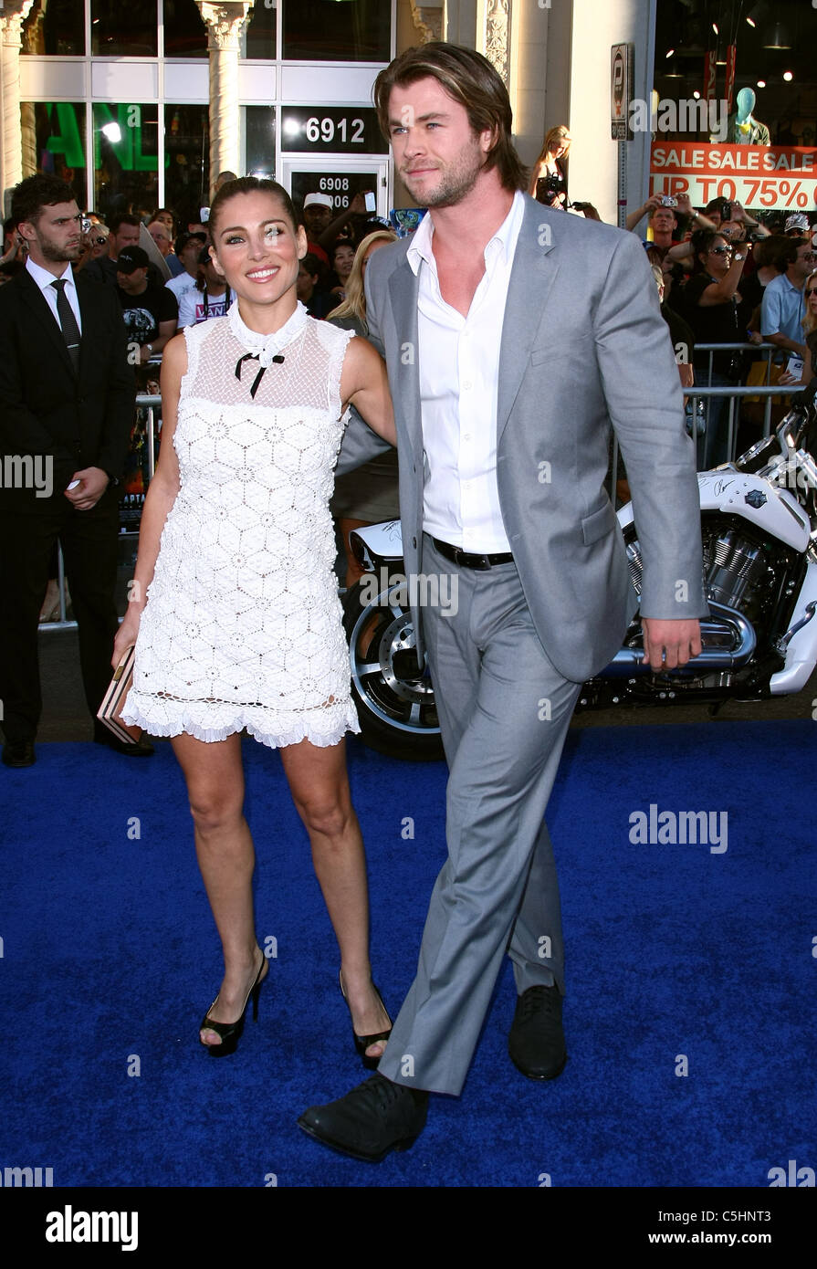 ¿Cuál creéis que es la altura ideal de un hombre? - Página 6 Elsa-pataky-chris-hemsworth-captain-america-the-first-avenger-premiere-C5HNT3
