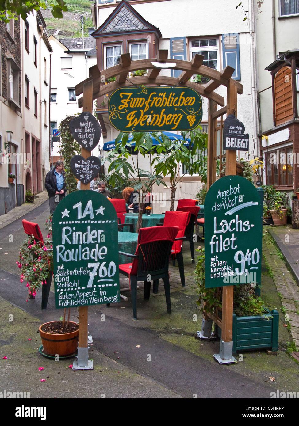 Zum froehlichen Weinberg, Strassenrestaurant in der Ortsmitte von Zell, Restaurant in the center of the village - Stock Image
