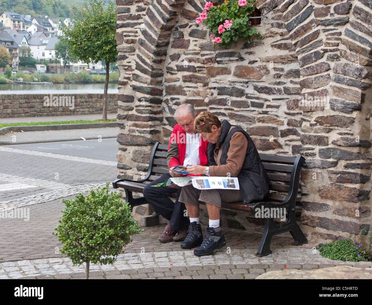 Wanderer, Senioren orientieren sich anhand von einem Ortsplan, Zell an der Mosel, Hiker, couple studies a village - Stock Image