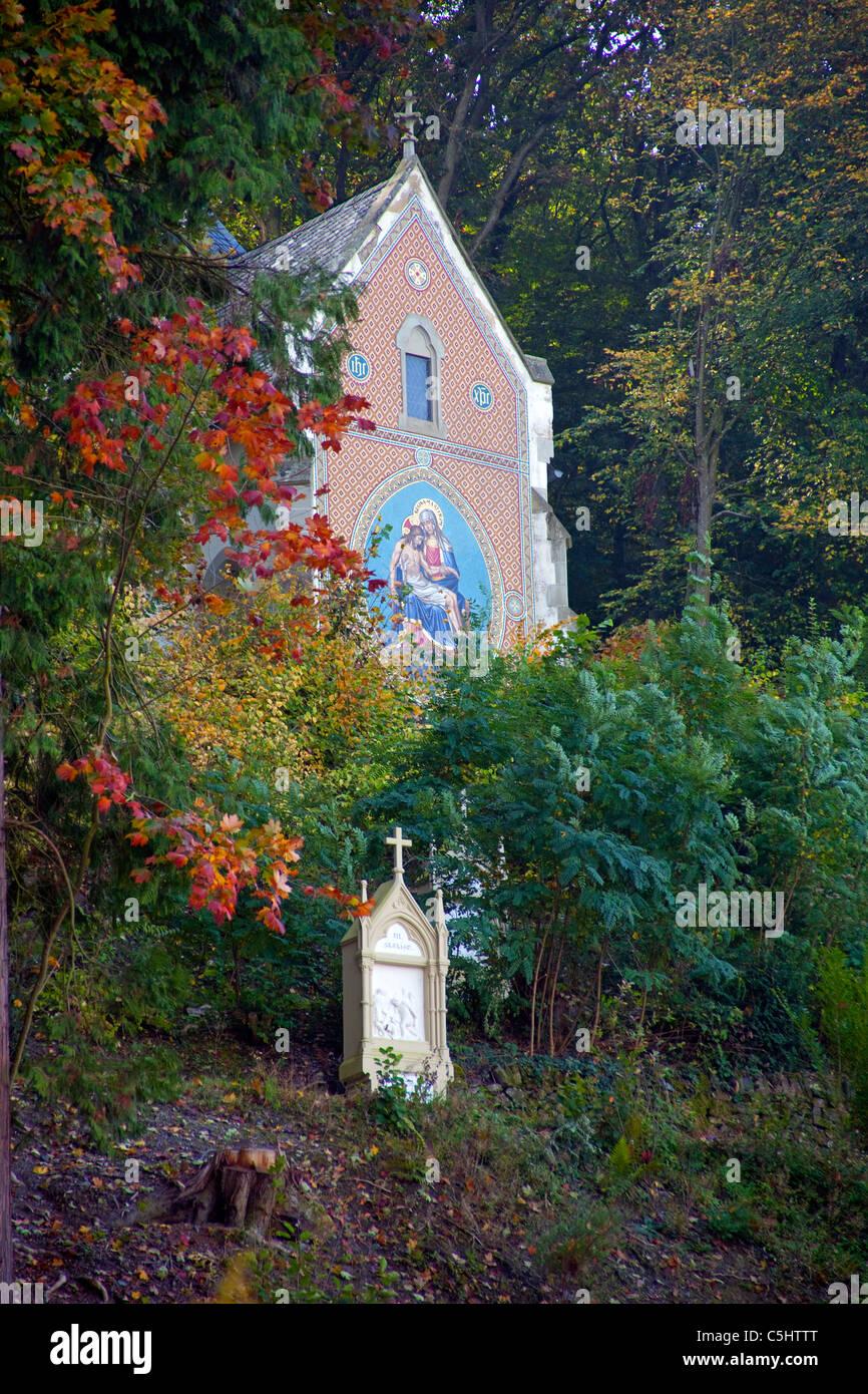 Kleine Kapelle auf dem Weg zur Burg Landshut, Bernkastel-Kues, Mosel, Small chapell on the way to the castle Landshut, - Stock Image