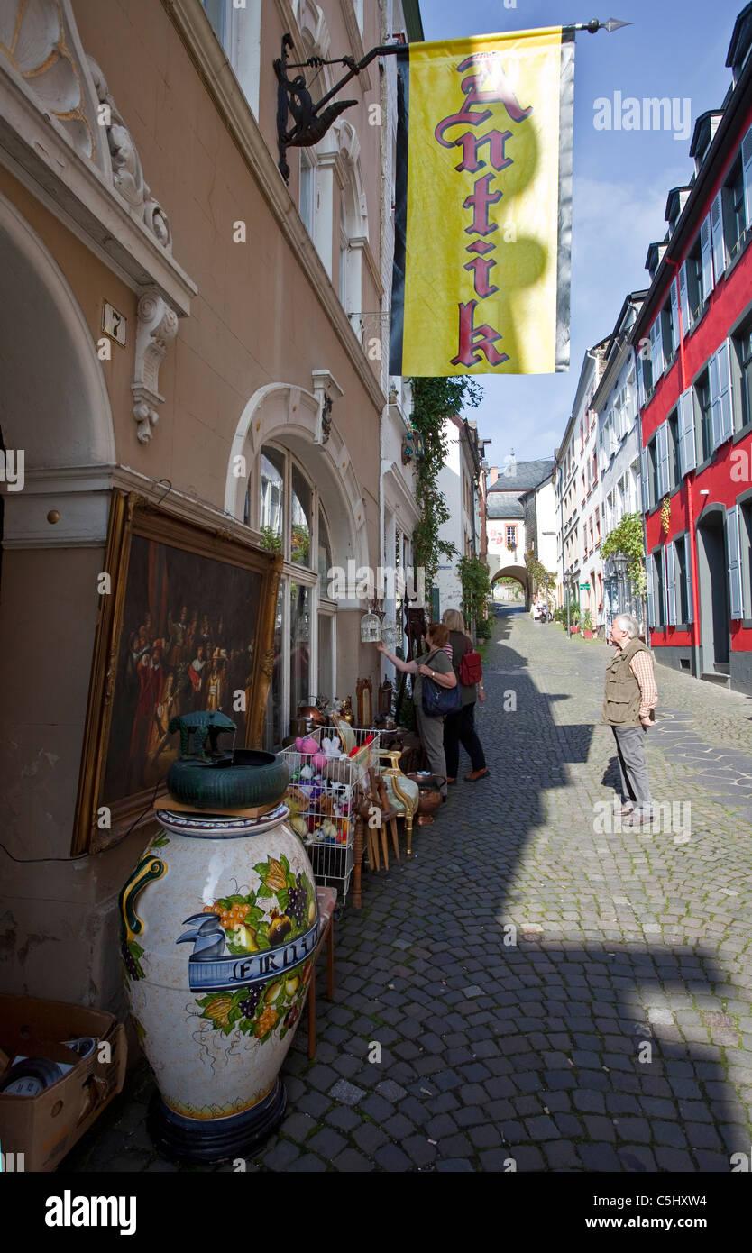 Antiquitaeten in einer Gasse im historischen Stadtkern, Bernkastel-Kues, Antiques in shop, alley in the old town - Stock Image