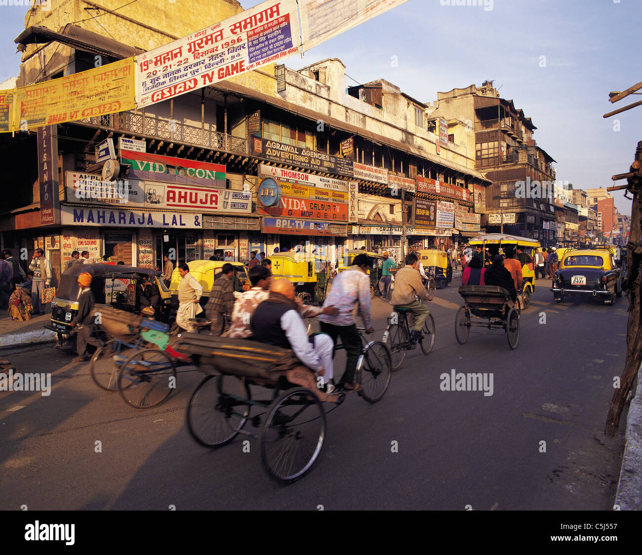 Busy traffic and passers-by in Chandini Chowk market area, central Delhi, India - Stock Image