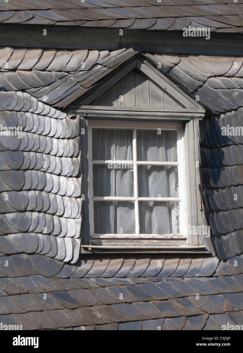 Mit Schiefern gedecktes Dach, Dachfenster, Haus in Bernkastel-Kues, Mosel, Slated roof, window, Moselle, - Stock Image