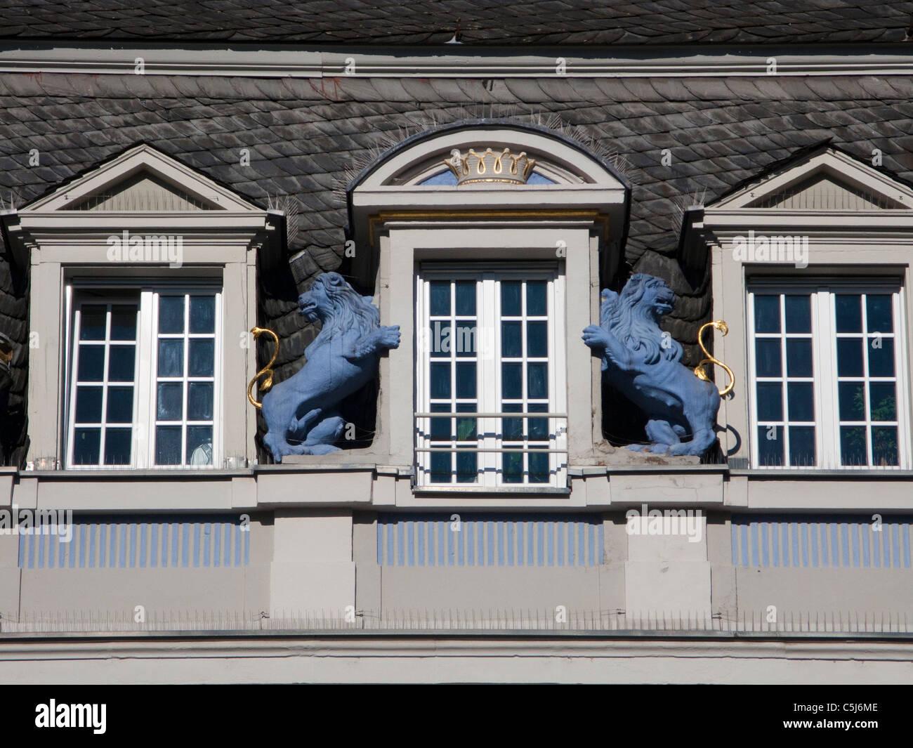 Blaue Loewen zieren ein Mansardenfenster, Haus am Hauptmarkt, Two blue lions, sculptures, decorates a window, main - Stock Image