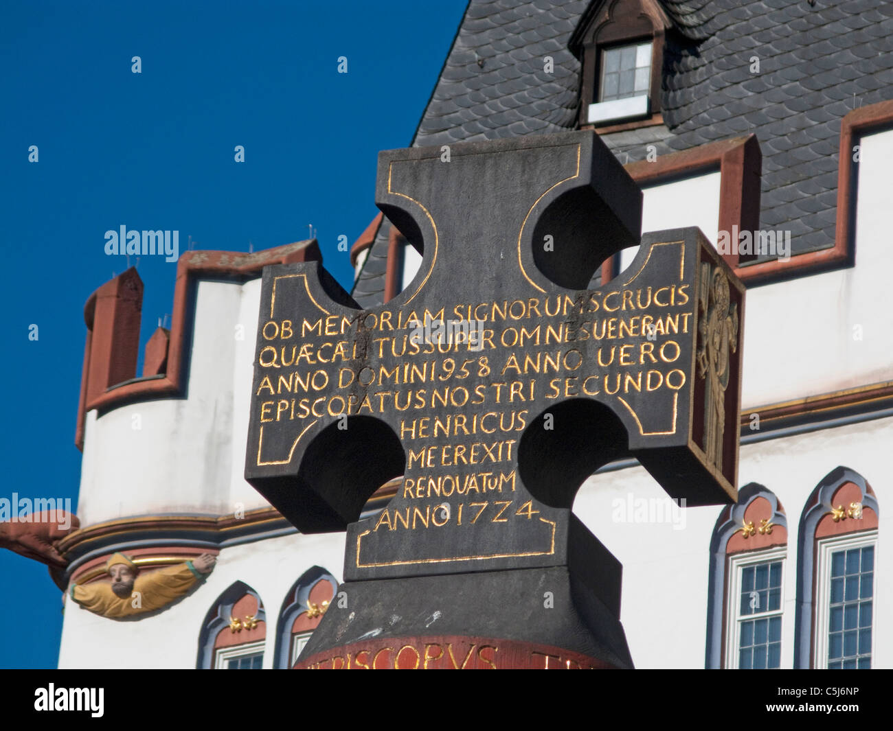 Marktkreuz auf dem Hauptmarkt errichtet durch Erzbischof Heinrich I, Market cross, symbol, at the main market - Stock Image