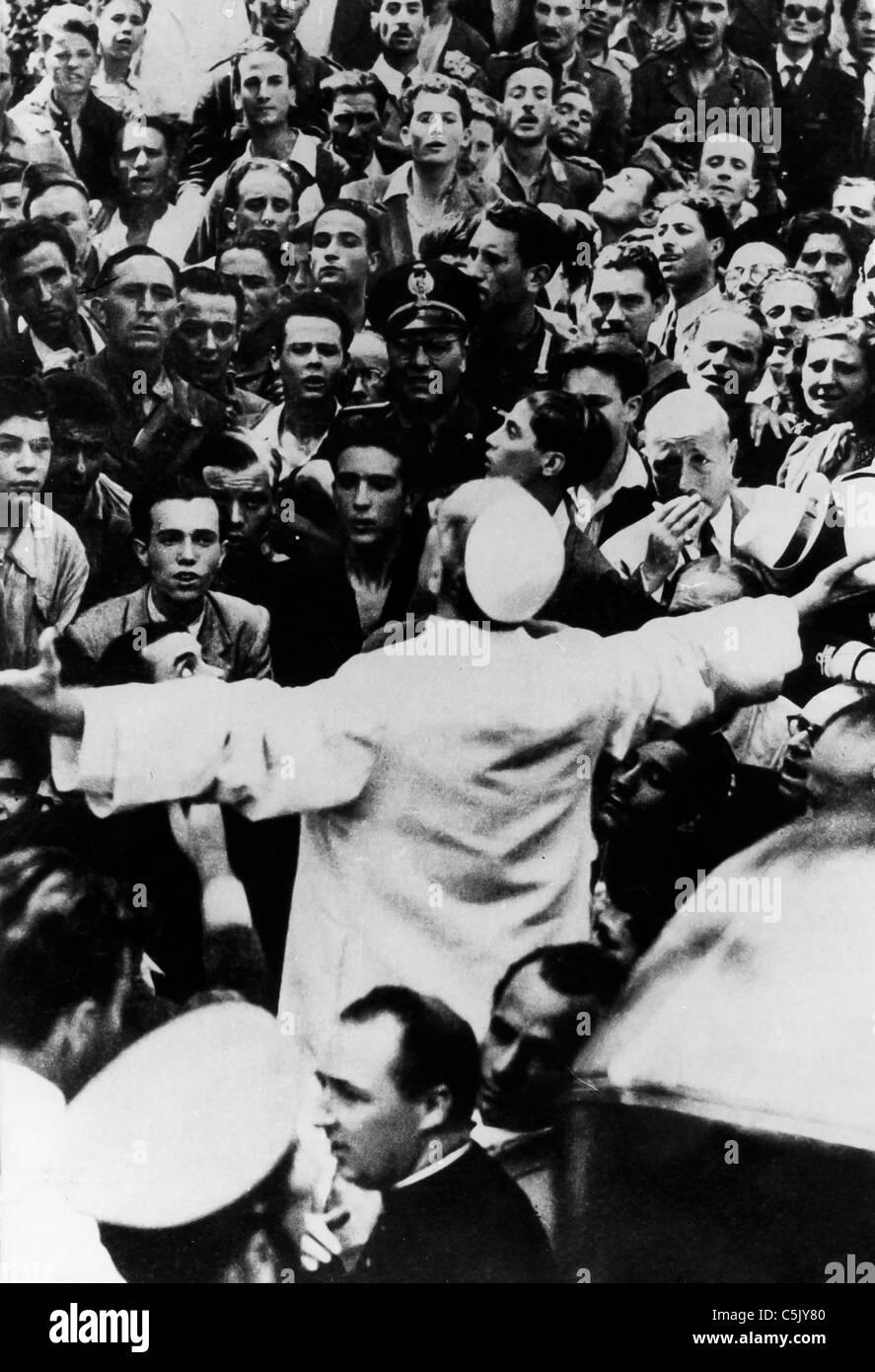 Pope Pius XII among the faithful,Rome,1956 - Stock Image