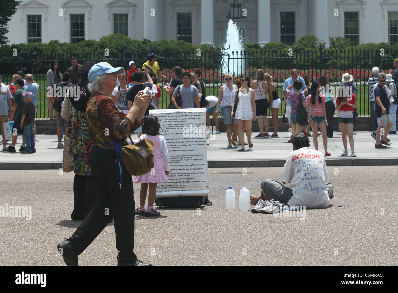 Muslim foot-washing protester in front of White House - Stock Image