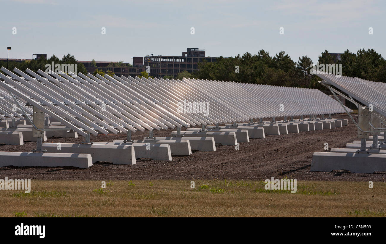 Detroit, Michigan - A photovoltaic solar electric system under construction at General Motors' Detroit-Hamtramck - Stock Image