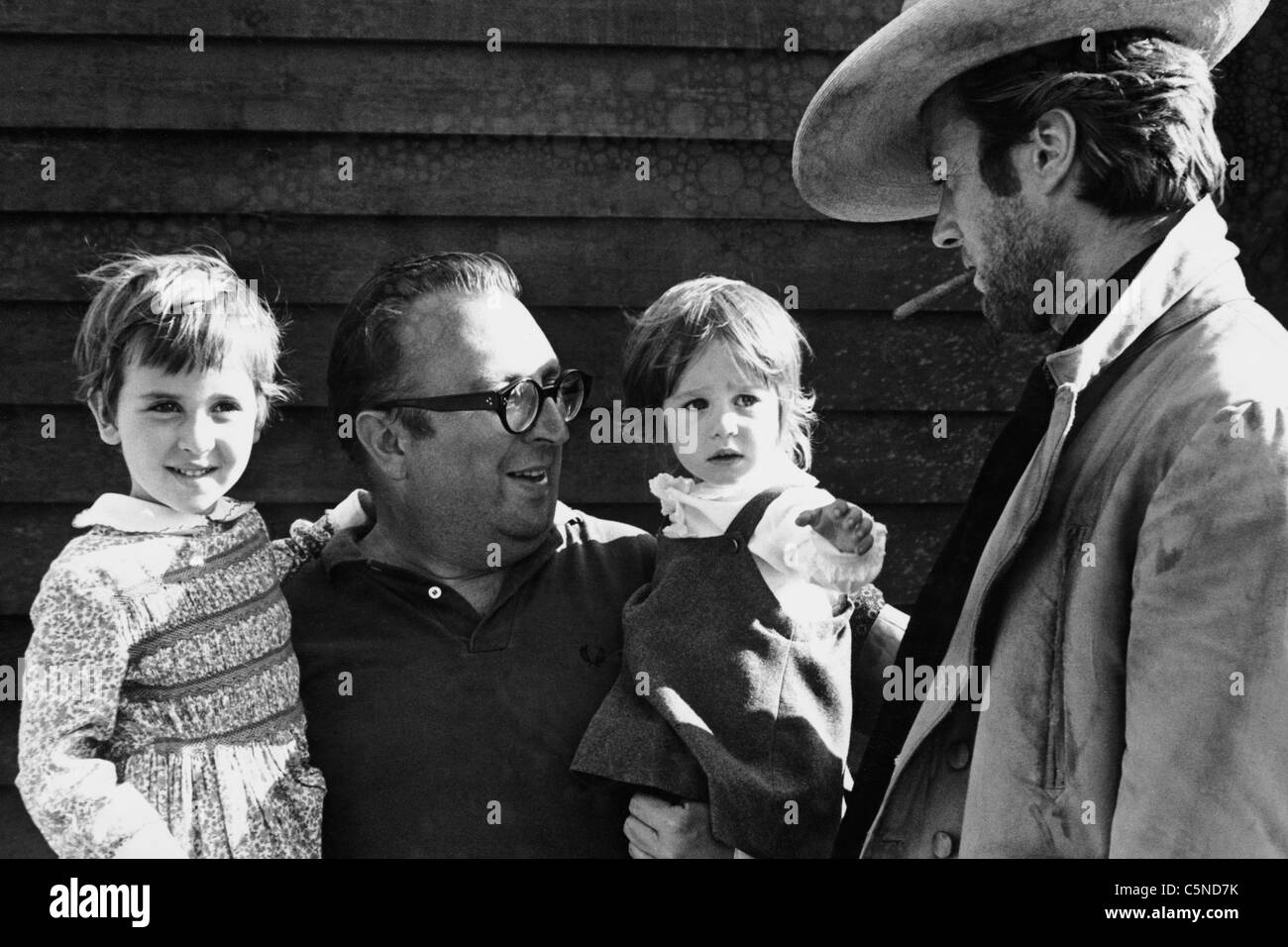 sergio leone whith his daughters, clint eastwood, 1966 - Stock Image