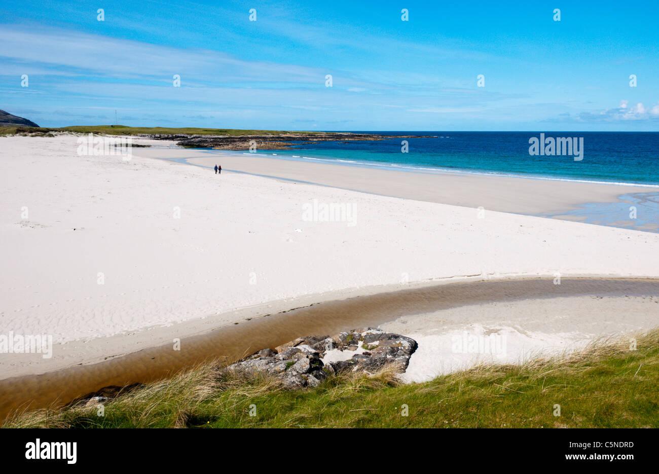 Sandy Hebridean beach of Tràigh Tuath on the west coast of the isle of Barra. - Stock Image